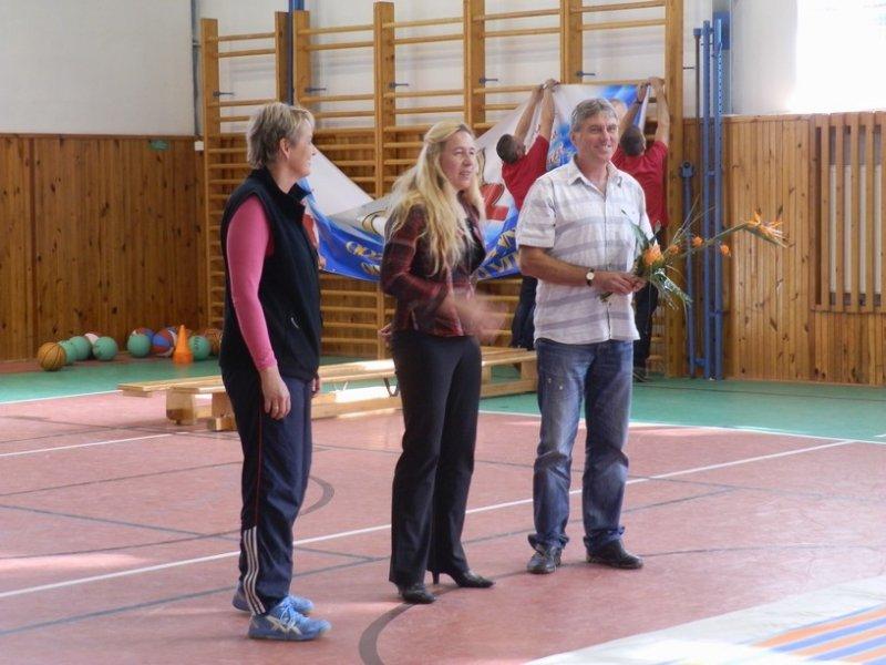 Ředitel školy představuje olympionyčku Helenu Fuchsovou
